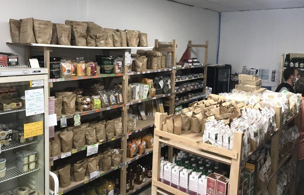 étagère épicerie avec les produits ensachés sur place